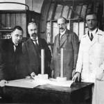 Jakob Ackeret (links) in Göttingen mit Prof. Ludwig Prandtl, Albert Betz und R. Seiferth vor dem Flettner-Rotorschiff